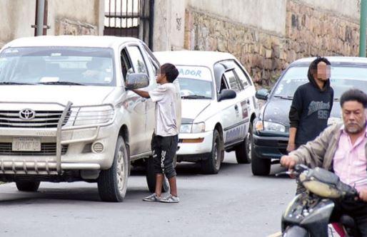 Buscan evitar dar monedas a menores en las calles