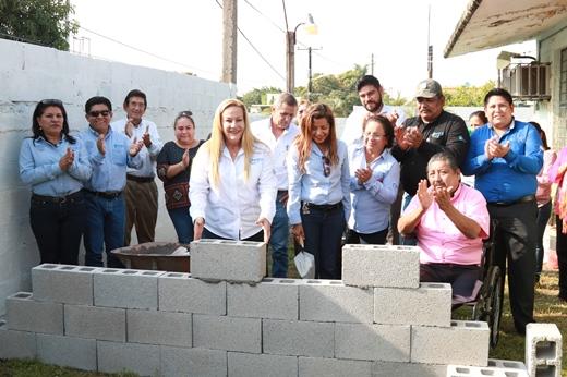 """Colocan primera piedra de barda perimetral en la Escuela Primaria """"Himno Nacional''"""