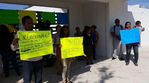 Protestan padres de familia ante la falta de maestros