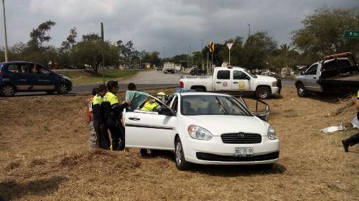 Camioneta impacta a carro en acceso a Tampico: dos heridos