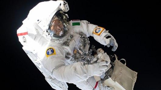 Astronautas en caminata reparan detector de rayos cósmicos