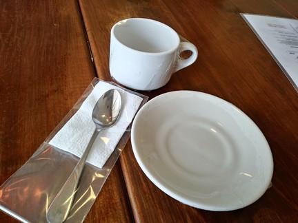 Restaurantes emplayan la loza y cubiertos por COVID