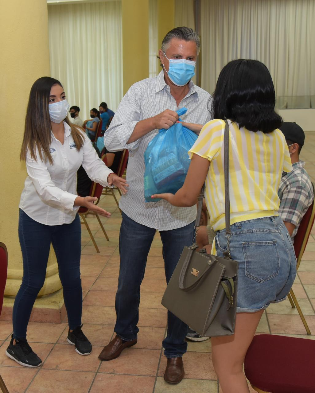Entregan apoyos a jóvenes afectados por la pandemia