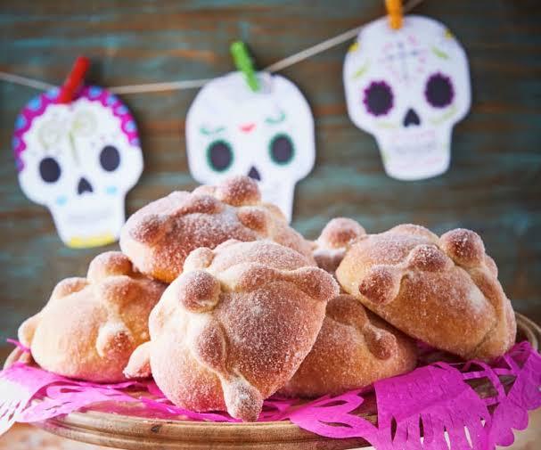 Ante rebrote cierran panteones y la tradición del pan de muerto más viva que nunca
