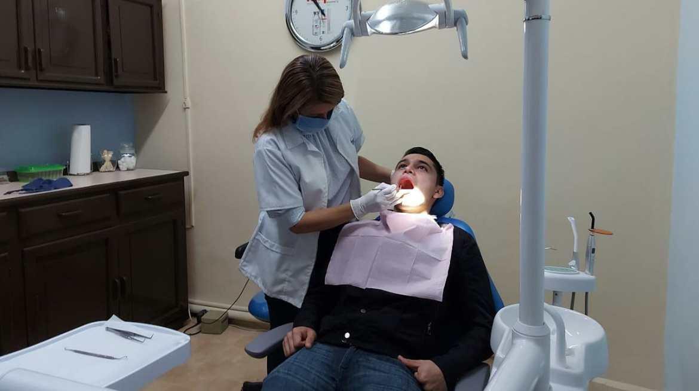 Piden odontólogos los consideren para vacuna