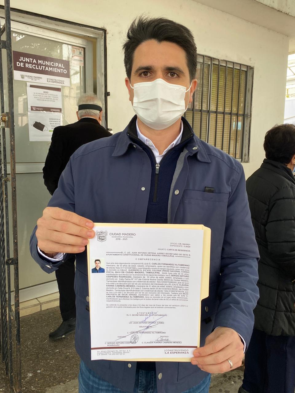 Tramita Carlos Fernández su carta de residencia