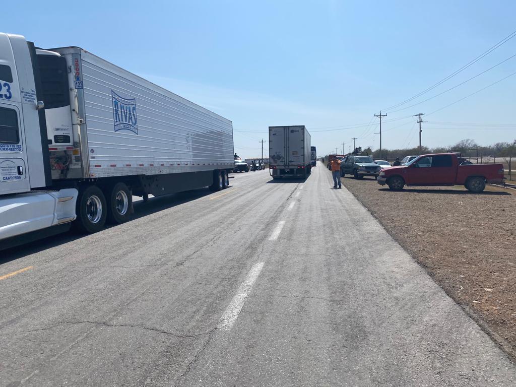 Campesinos cierran carretera, no ven apoyo federal por helada