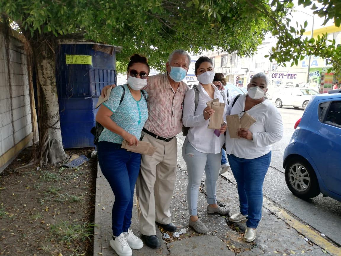 Regalan cubrebocas a ciudadanos que esperan vacuna