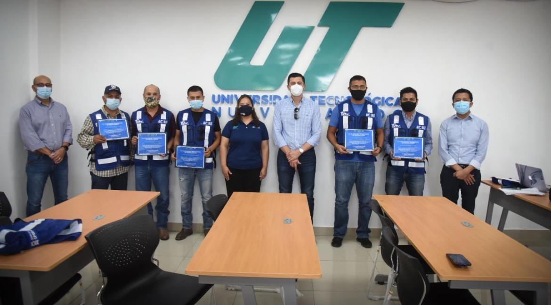 Gradúan ocho operadores de tractocamiones de curso de inglés en la UTNL