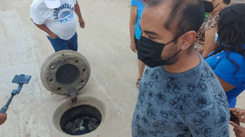 Bloquean condones red de drenaje en Madero