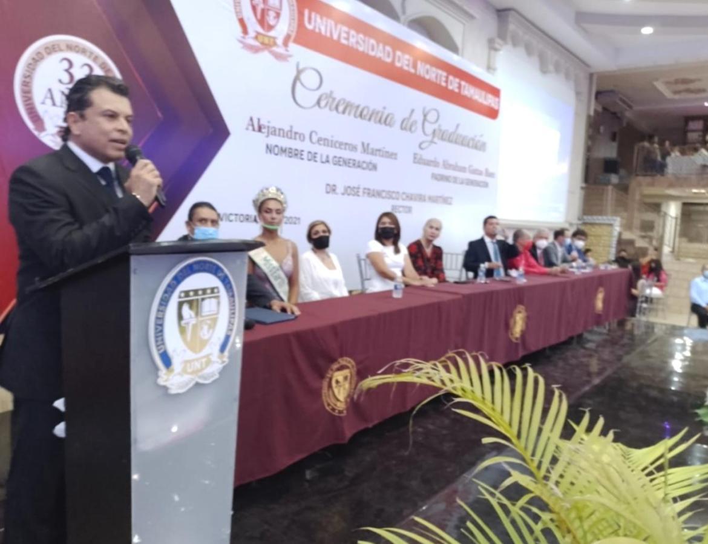 Eduardo Abraham Gattas, padrino de lujo de egresados de la UNT Campus Victoria