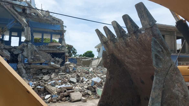 Constructora daña vivienda durante demolición de escuela