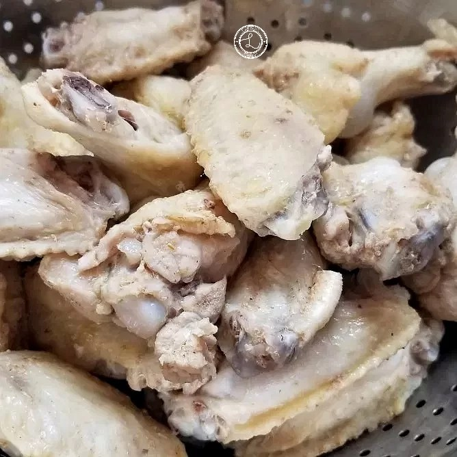 Draining chicken wings after parboiling