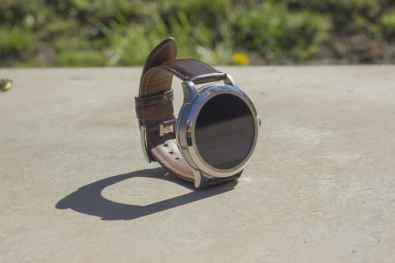 La Revue Tech The Tech Review Hands on LRT Prise en main Test Fossil Q Founder Moto 360 v2 2015 montre connectée smartwatch Android Wear iOS Android Cuir Bracelet 22mm