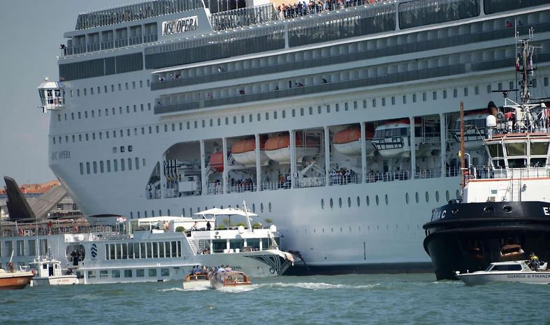 13 deck cruise ship loses control while docking in Venice
