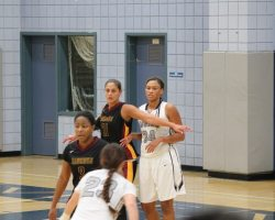 No,3,Deja Brooks and No.21 Hannah Salida looks good on offense (Dominic Ebel/Photograher)