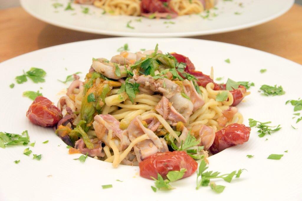 Spaghetti con fiori di zucca e calamaretti