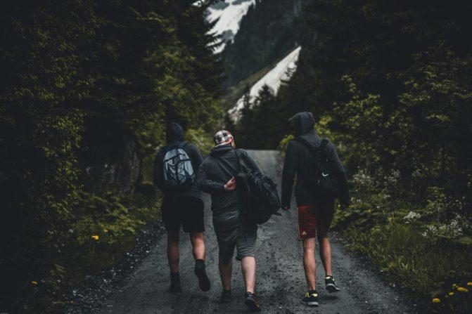 Cosa portare in viaggio: ragazzi con lo zaino