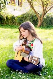 Deutschland, Baden-Württemberg, Mädchen auf Wiese (mit Gitarre)