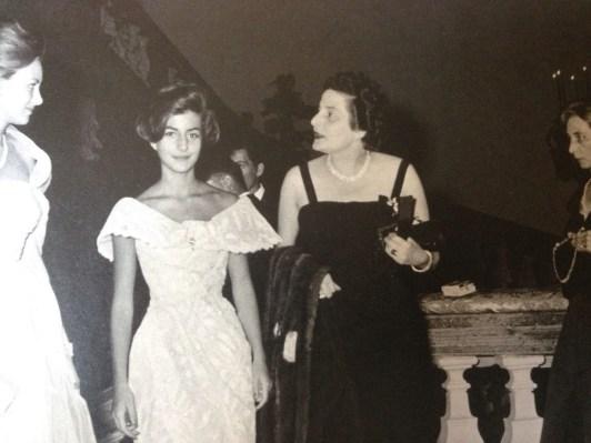 Vittoria Serra di Cassano, al centro, con la figlia Guendalina Giannantoni