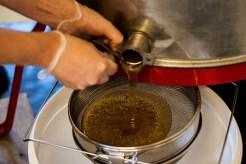 Sedan tappas honungen ur slungan och silas två gånger för att bli kvitt alla vaxrester. Resultatet är gyllene med en söt smak av ren sommar. Foto: Johanne Pernklint