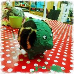 Av papier mache är denna söta lilla gris som elegant lyfter på ena benet. Foto: Margita Persson