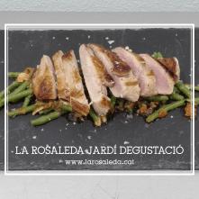 Secret de porc amb saltejat de mongetes i salsa provençal