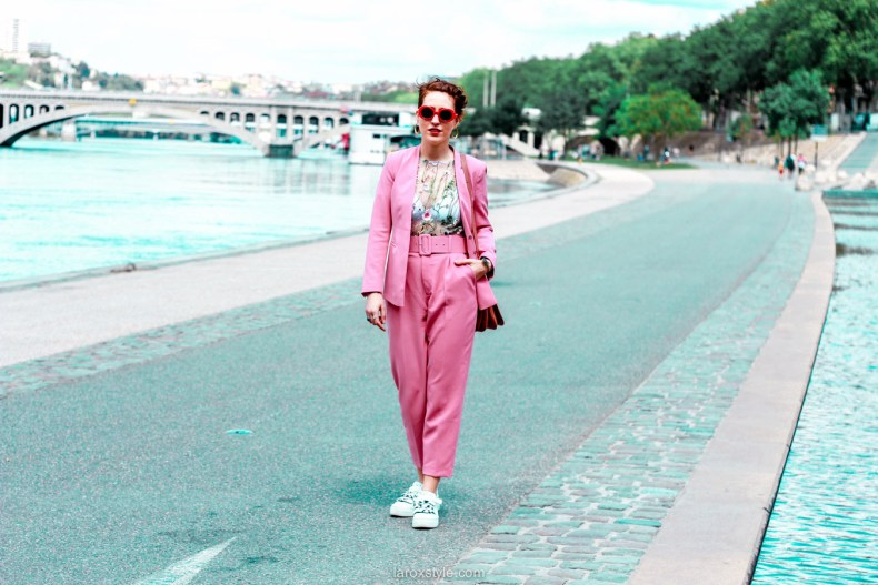 idees looks tailleur pantalon rose et sneakers - blogueuse lyon
