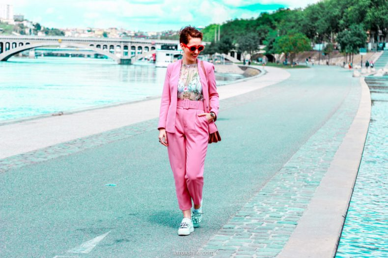 idees looks tailleur pantalon rose - tailleur et sneakers - blogueuse lyon