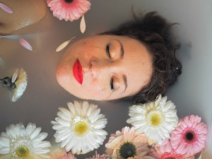 shooting femme bain de fleurs