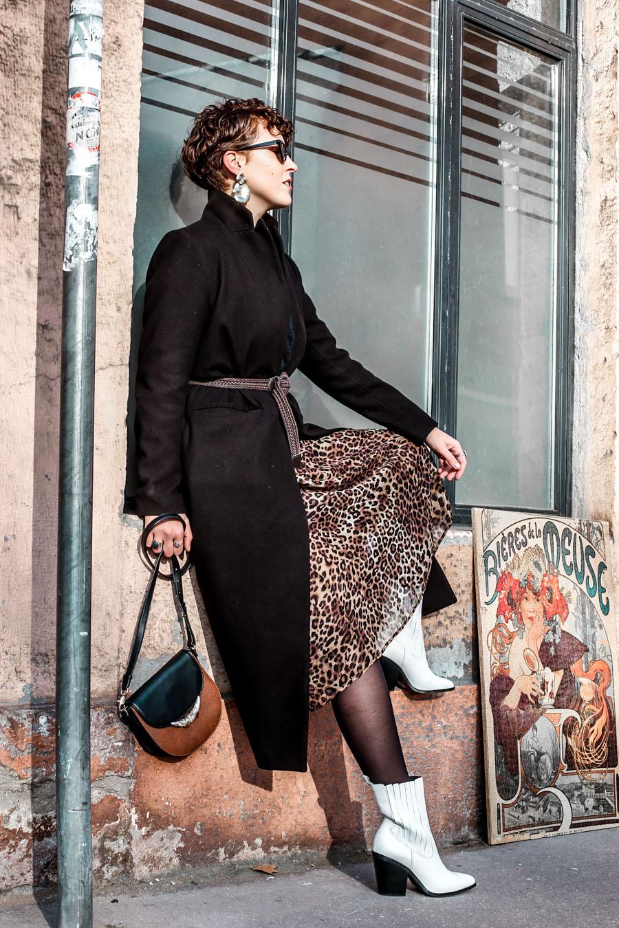 Robe léopard : comment porter une robe d'été en hiver ?