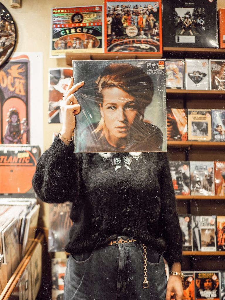 shooting chez le disquaire - record store photoshoot inspo