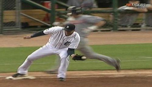 Foto del momento en que claramente Armando Galarraga, pitcher de los Tigres de Detroit, aplica el out 27 que le pudo haber dado su juego perfecto.