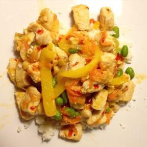 Wok-mad med grønnebønner, kylling, peberfrugt og frisk chili serveret på blomkålsris.