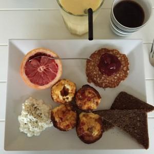 Protein-pandekager med sukkerfri marmelade. Dertil æg med peberfrugt og parmaskinke tilberedt i ovnen. Dertil fuldkornsrugbrød, hytteost og grapefrugt. Som sidevogn en kaffe og en smoothie med mango, ingefær og æble.