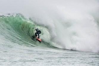 Gode surfeforhold ved Reve havn tirsdag 24. februar. Her er det Torger Svindland som får til en skikkelig tube.