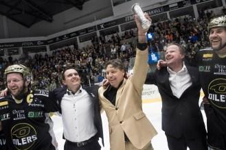 Høyt henger den og søt er den faktisk. Oilers-eier Tore Christiansen, iført gulldress, kan løfte kongepokalen over hodet mens Pål Higson og Børge Moi Nilsen beundrer den.