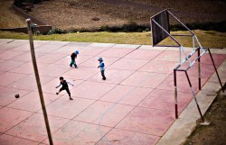 Midt i en fjellside, på kronglete, dårlige veier, ligger den lille landsbyen Chejje i Bolivia. Men til og med her har de fotballbane som barna benytter så ofte de kan.