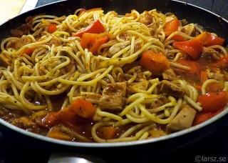 Spagetti con pollo e peperoni