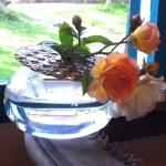 pique-fleurs rond teinté sur vase boule et roses
