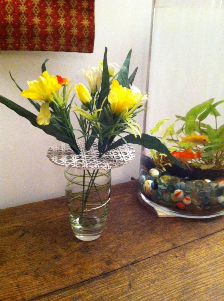 pique-fleurs rond en rotin teinté blanc
