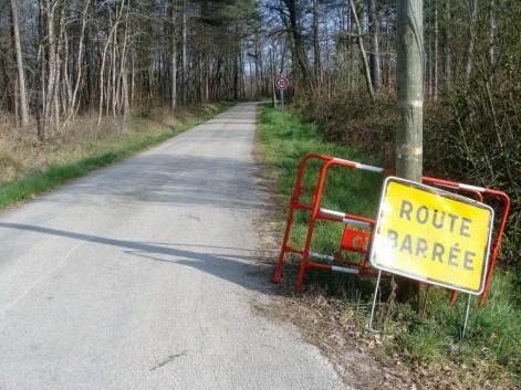 La route vers la maison de la forêt de Sivens n'est plus barré. Le panneau est resté, au cas où ? _ Sivens