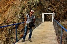 Victor en puente hacia el oasis cañon del colca