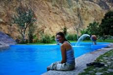 Ruth remojando los pies en el oasis del cañon del colca