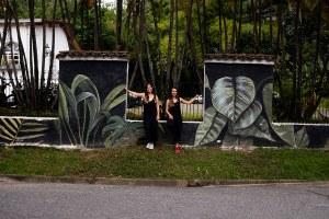 las chicas que pintan mural inferior Medellín Colombia