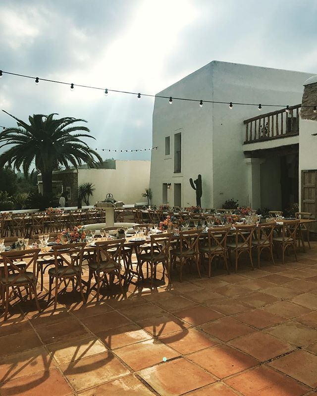// when the sun came thru the clouds and lit everything up // beautiful set up by @lejourduoui flowers by @silohfloral catering by @lagrandebouffe_ibiza // 🙌🏼✨🌵#1stweddingoftheseason #wedding #weddingseason2018 #lascicadasibiza #boutiquevilla #eventvenue #eventspace #cicadascelebrations #eventstyling #eventplanners #stylish #rustic #finca #ibiza #ibiza2018 💛