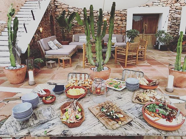 Flash back to a beautiful evening snack set up by @margge in our patio // #flashback #summerevening #goodfood #goodcompany #lascicadasibiza #ibiza2018 🌵