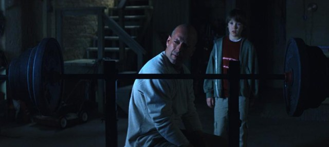 Unbreakable David Dunn (Bruce Willis) haciendo pesas.