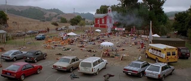 El pueblo de Midwich, momento en que los habitantes quedan inconscientes.