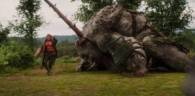 Hellboy contra unos gigantes